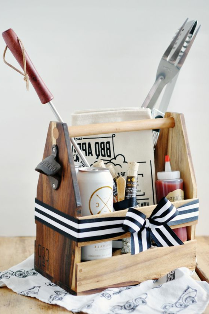 panier en bois muni de toute sorte d outils et produits barbecue, tablier, sauce, biere, kit barbecue à créer soi meme, idee cadeau fete des peres