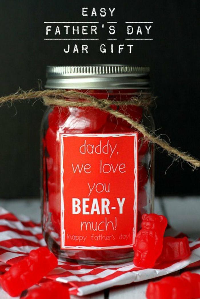 un bocal en verre rempli de bonbons gélifiés rouges oursons, cadeau fete des peres dans mason jar, étiquette personnalisé