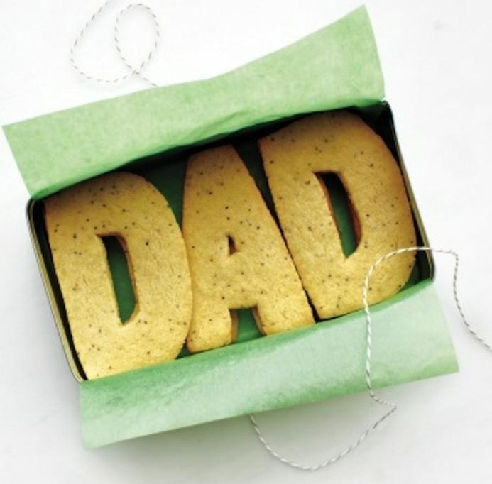 des moules en forme de lettres pour fabriquer des biscuits personnalisés, cadeau fete des peres gourmand a faire soi meme