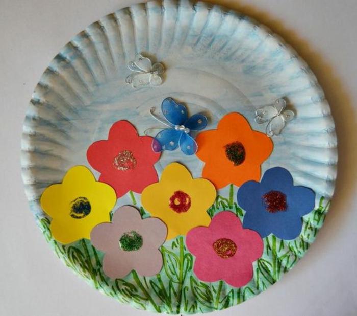 cadeau pour la fête des mères a fabriquer, un mini jardin en papier créé sur une assiette