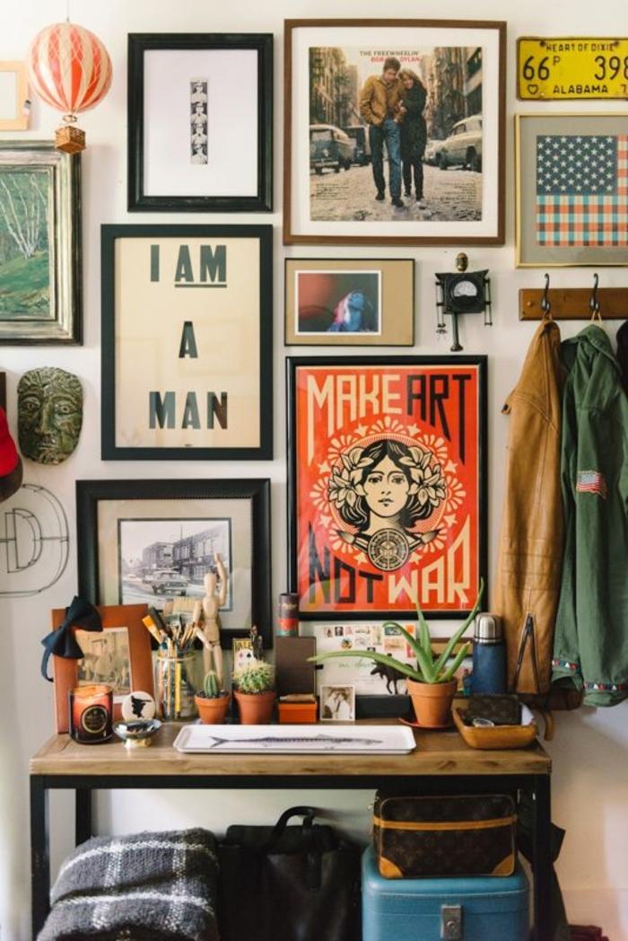 deco mur, cadre rectangulaire, poster, porte-manteau, bureau en bois et fer, coffre, cactus, ballon
