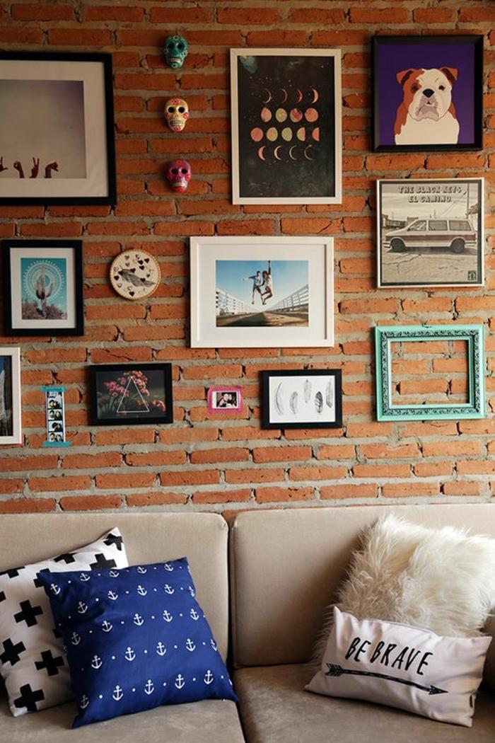 mur de cadres, cadre photo vide turquoise, dessin chien, phases de lune, cadre noir, mur en briques