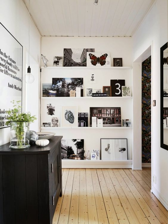 cadre photo original, armoire de salon, vase en verre, plantes verte, grand tableau citation, plafond blanc