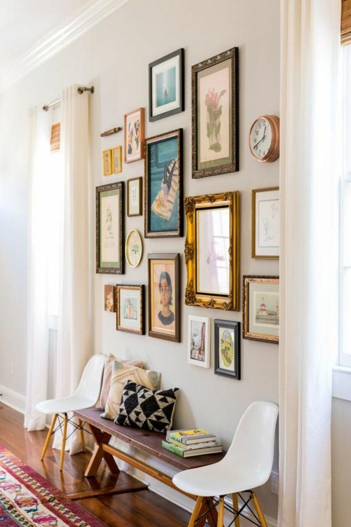 mur de cadres, décoration de couloir, banc en bois, petites chaises blanches, murs blancs, rideaux longs