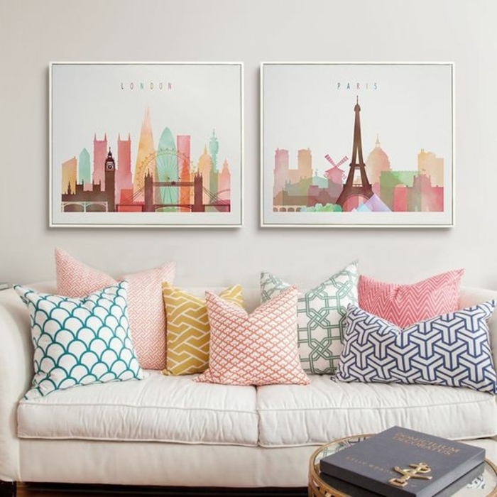 cadre rectangulaire, couleurs pastel, coussins décoratifs, peintures multicolore, murs blancs
