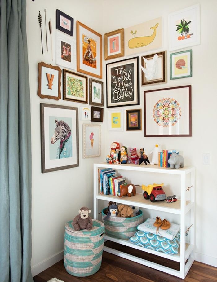 deco mur, rideaux longs, meuble en bois peint en blanc, jouets, chambre d'enfant, plafond blanc