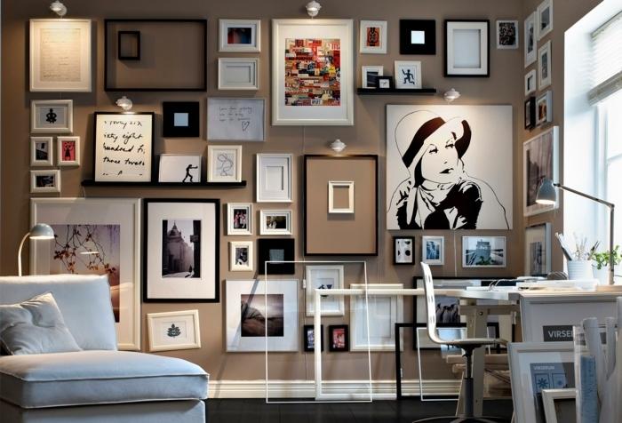 cadre mural, chambre taupe poudré, grande fenêtre, stores blancs, bureau en bois, lampe de bureau