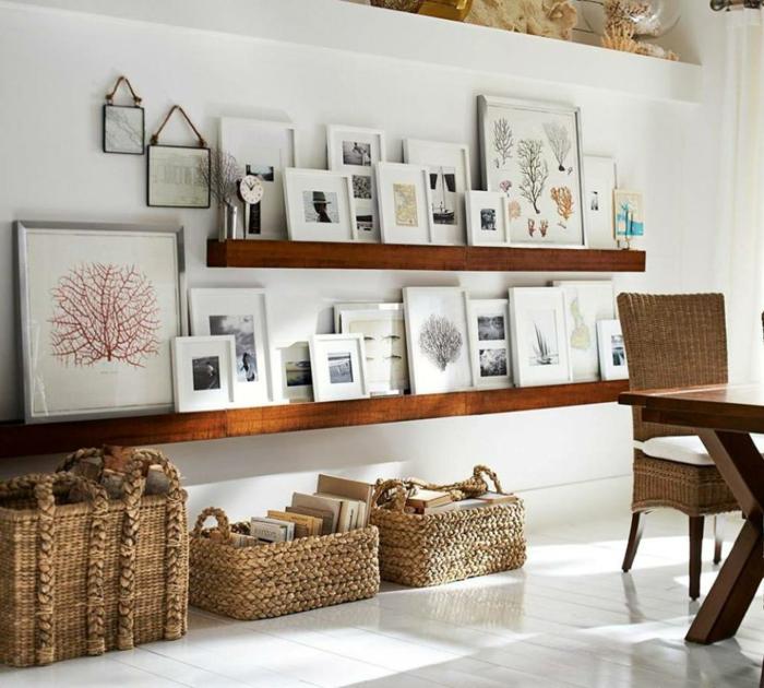 mur de cadres, plancher peint en blanc, étagère murale, chaise en rotin, murs blancs, panier en fibre végétale