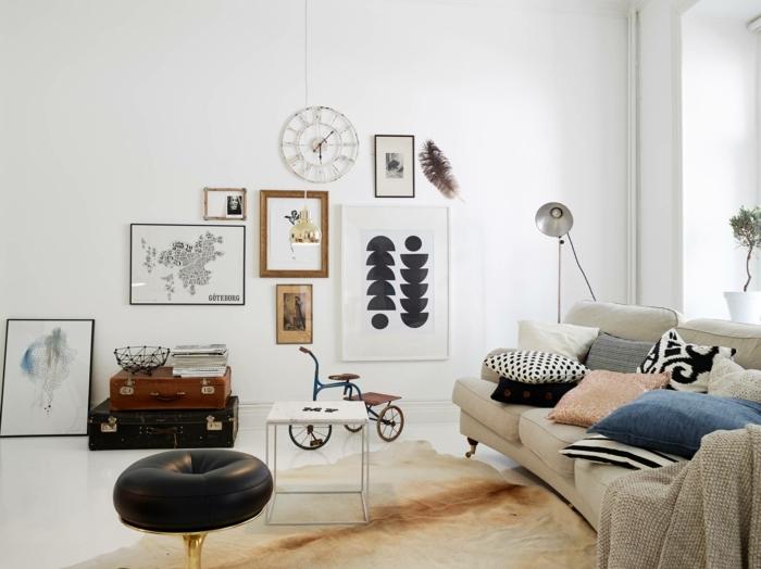 mur de cadres, dessin plume, canapé de salon, grande fenêtre, plante, vélo enfant, coussins décoratifs