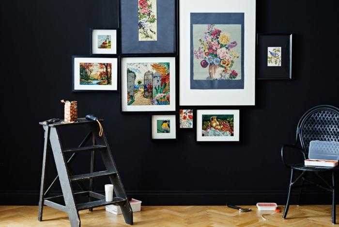 mur de cadres, échelle en bois, tasse blanche, boîte de pop corn, parquet stratifié, outils
