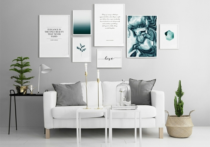 mur de cadres, plancher blanc, bougeoir, plantes vertes, murs gris, coussins décoratifs
