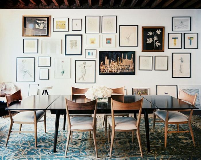 cadre photo original, chaise en bois, murs blancs, tapis bleu à motifs volutes, cadres noirs