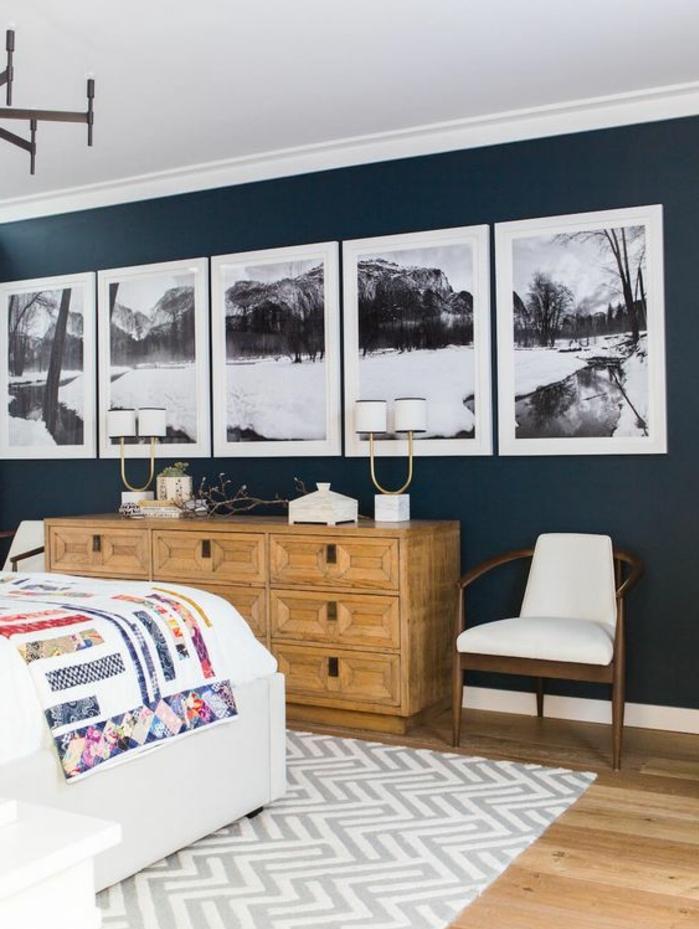 mur de cadres, plaid multicolore, armoire en bois, fauteuil blanc, ventilateur de plafond