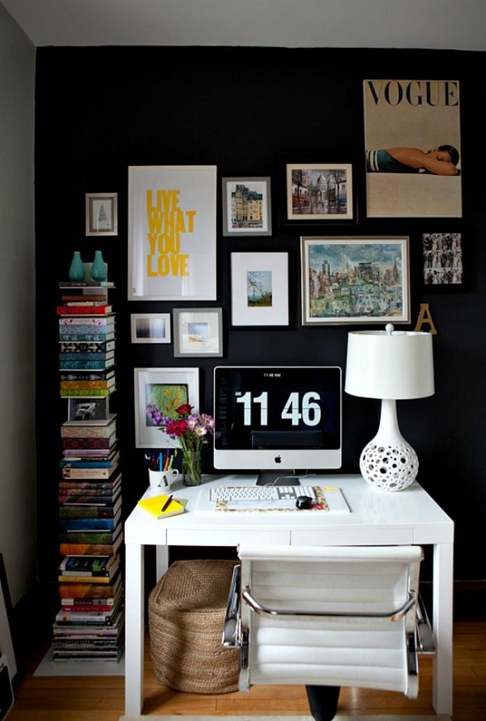 mur de cadres, panier en fibre végétale, bureau blanc, chaisse blanche, clavier, bouquet de fleurs, cadre rectangulaire