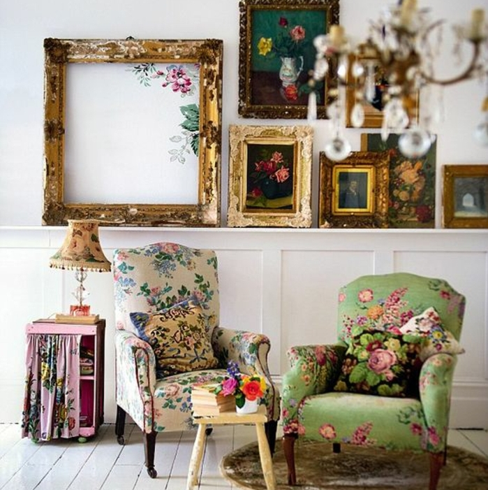 idee deco cadre vide, tableaux d art et un cadre vide vintage à côté, décoration shabby chic avec des fauteuils et lampe à motifs floraux, parquet blanc