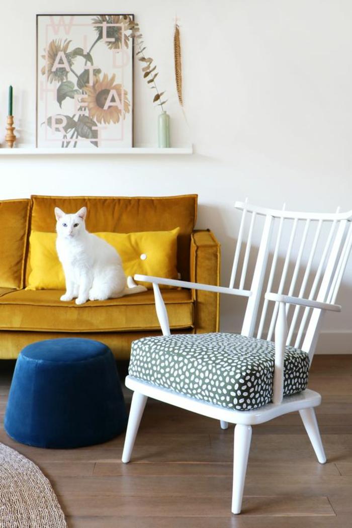un canapé vintage couleur jaune moutarde pour rendre l'intérieur blanc plus jovial