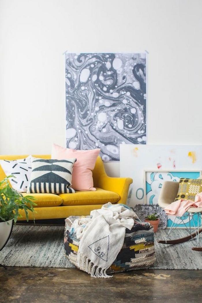 canapé vintage couleur ocre jaune pour une note vibrante dans la déco du salon