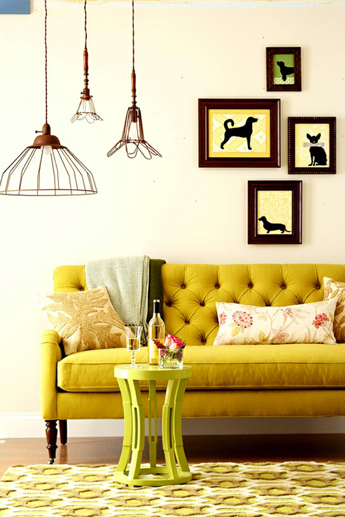 un canapé vintage au dossier capitonné d'une teinte vibrante, comment adopter l'ocre jaune sans son intérieur