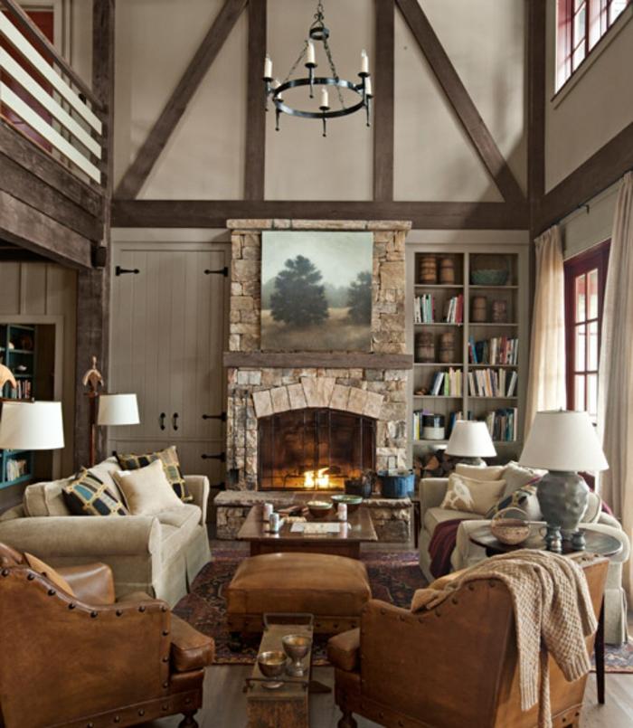 canapés blanc cassé, fauteuils en cuir, tapis à motifs orientaux, cheminée en pierre, parquet marron clair, lustre élégant, bibliothèque et portes en bois