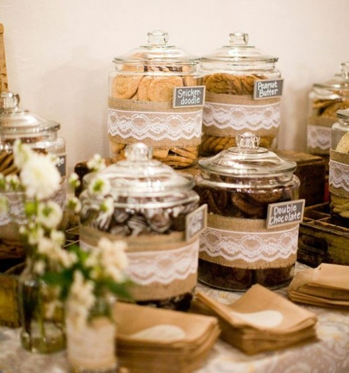 comment faire un candy bar mariage, des bonbonnières en verre customisées de dentelle et toile de jute, étiquette customisé, différents sorts de bonbons