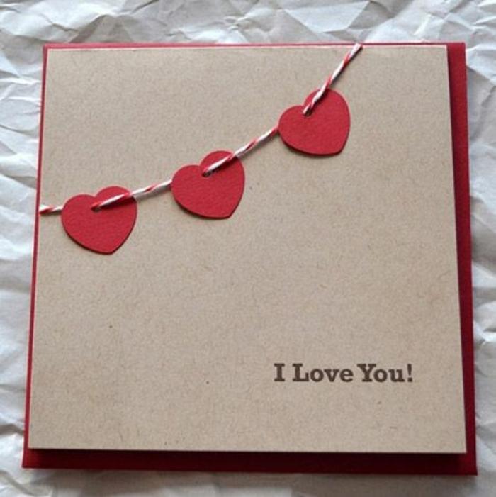 carte de fête des mères, des coeurs sur un fil pour une fête à offrir à une personne aimée