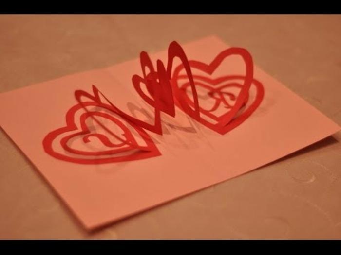 carte de fête des mères, coeurs spirales liés sur une carte en papier rose