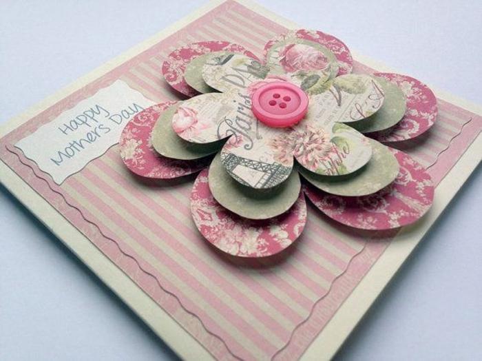 carte de fête des mères, des fleurs de taille différentes en carton et un bouton rose