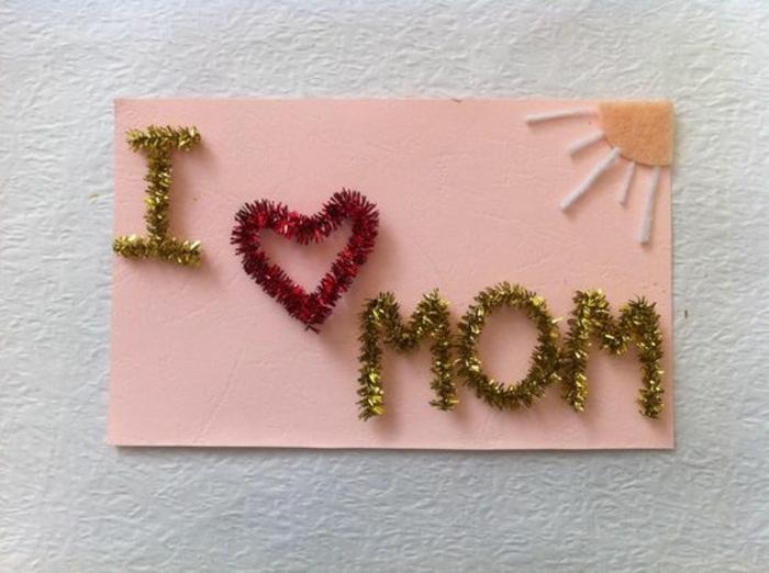 carte de fête des mères, message sur une carte écrit avec guiralndes et soleil en papier feutre