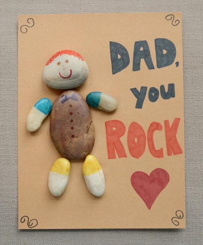idee de carte de voeux papa, un bonhomme, constitué de galets décorés de couleurs diverses, bricolage fête des pères pour enfant