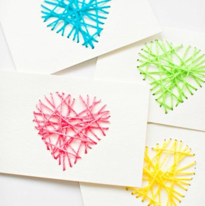 carte des fetes des meres, coeurs formés avec des fils sur le papier blanc