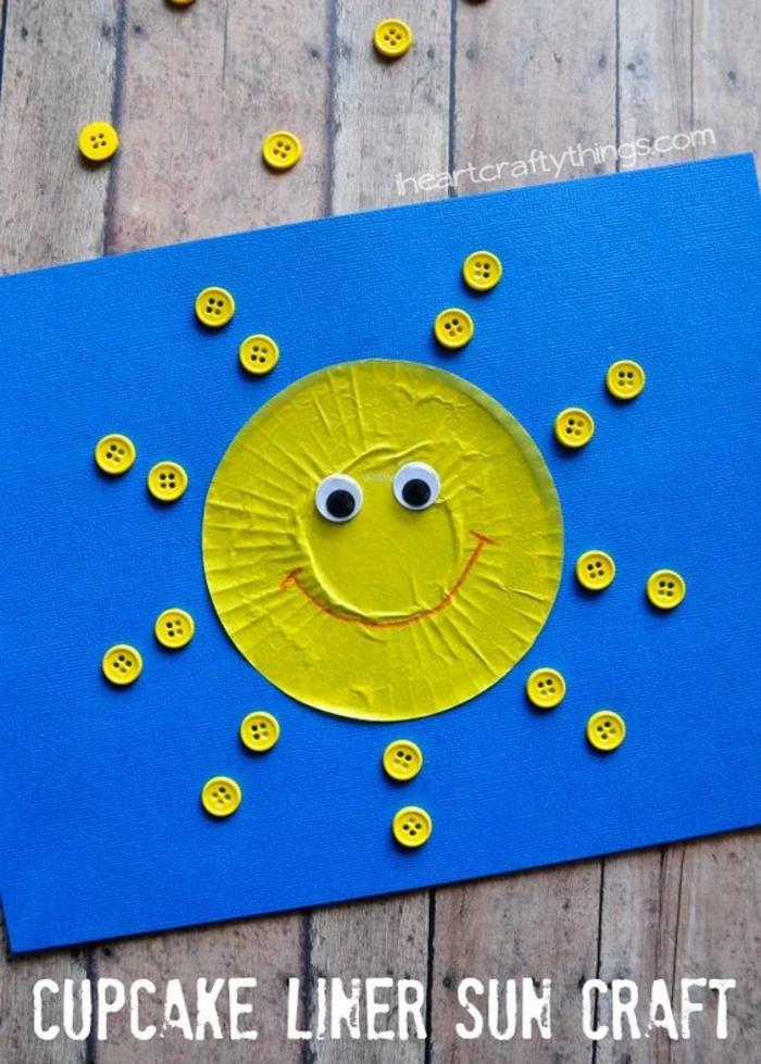carte fête des meres maternelle, soleil fait avec caissette à muffin et boutons jaunes