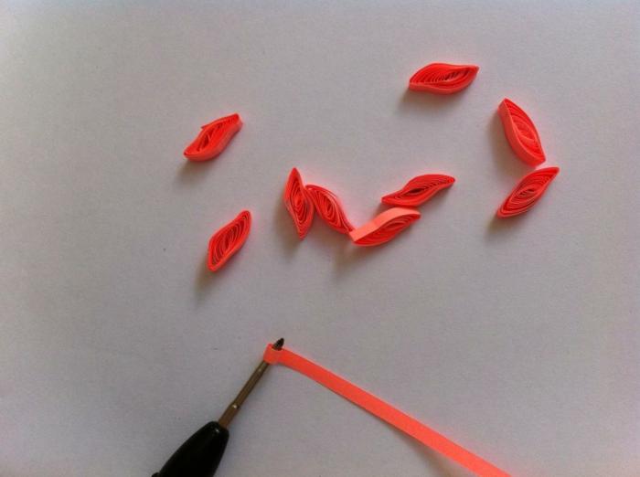 carte fête des mères avec papier pour quilling rouge, pétales en papier roulé