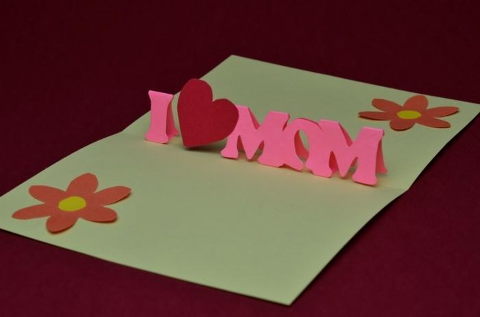 carte fete des meres faite avec des lettres roses et un coeur rouge