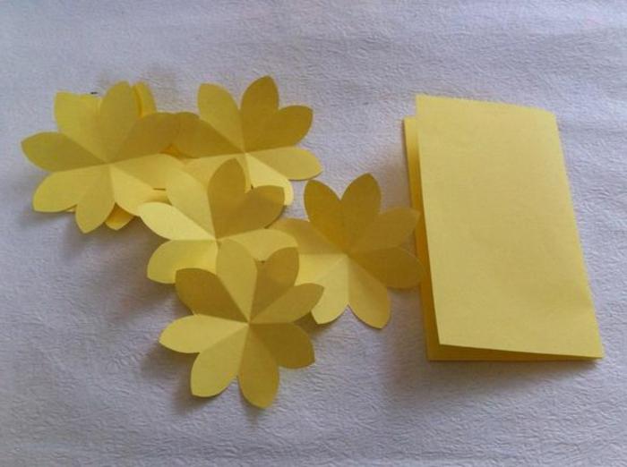 carte fete des meres, une carte jaune avec plusieurs fleurs à mettre l'une sur l'autre