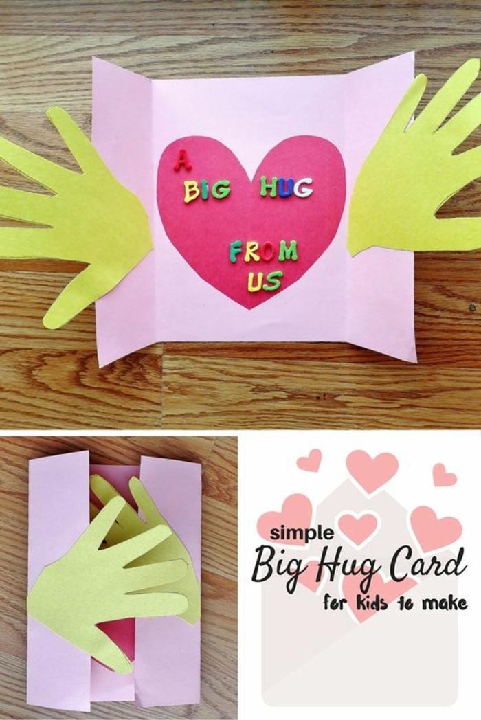 carte fete des meres, carte originale à offrir à sa mère, coeur rose et deux mains jaunes collées à la carte