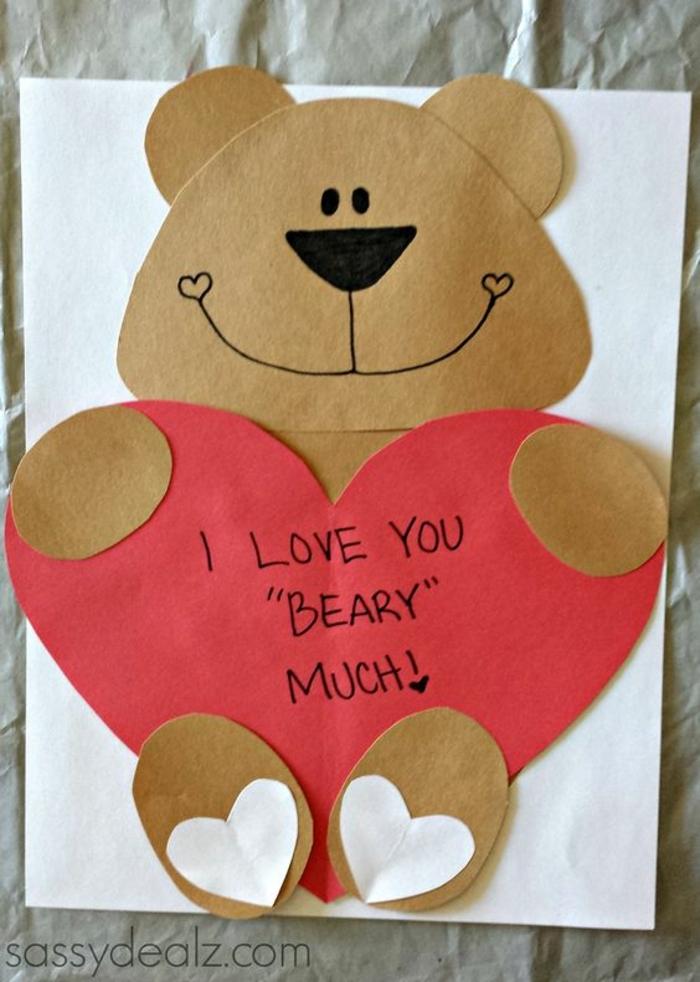 carte fete des meres, ourson qui tient un grand coeur rose, idée cadeau original