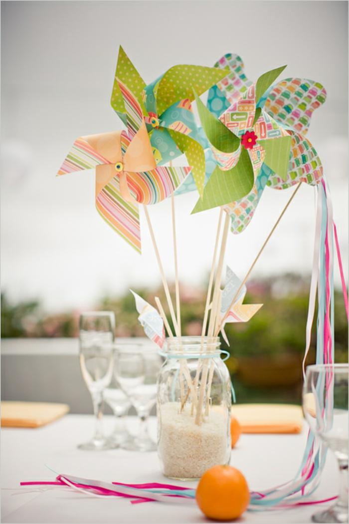 un centre de table coloré et joyeux réaliser avec des moulins à vent, que faire avec un moulin à vent papier
