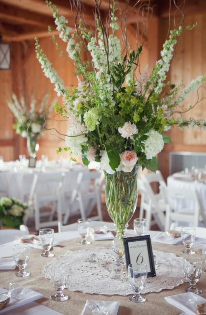 idée décoration mariage a faire soi meme, un centre de table, grand napperons dentelle rond et fleurs champetres dans un vase