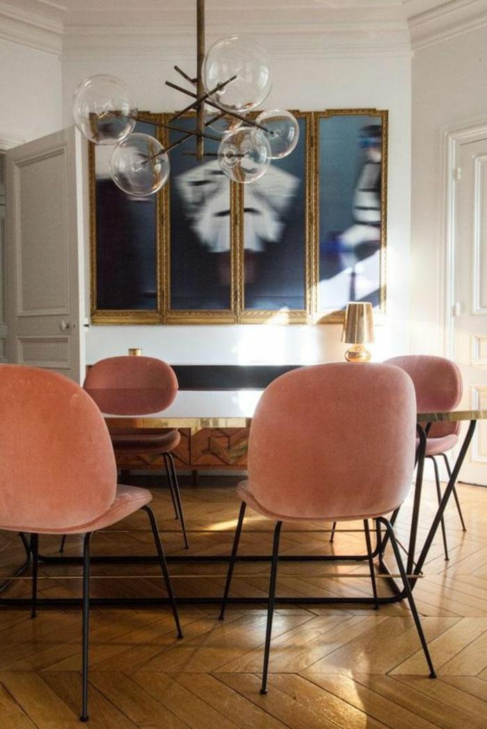 chaises couleur corail, lampe molécules, tableau abstrait, table brillante