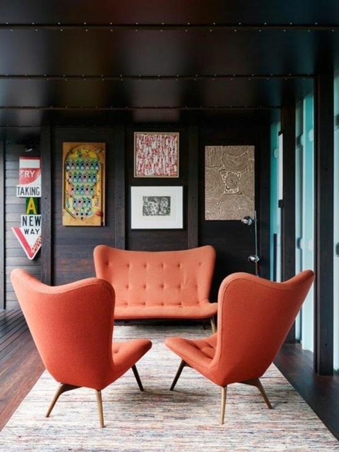 chaises et sofa couleur abricot, tapis rectangulaire, murs, sol et plafond marrons