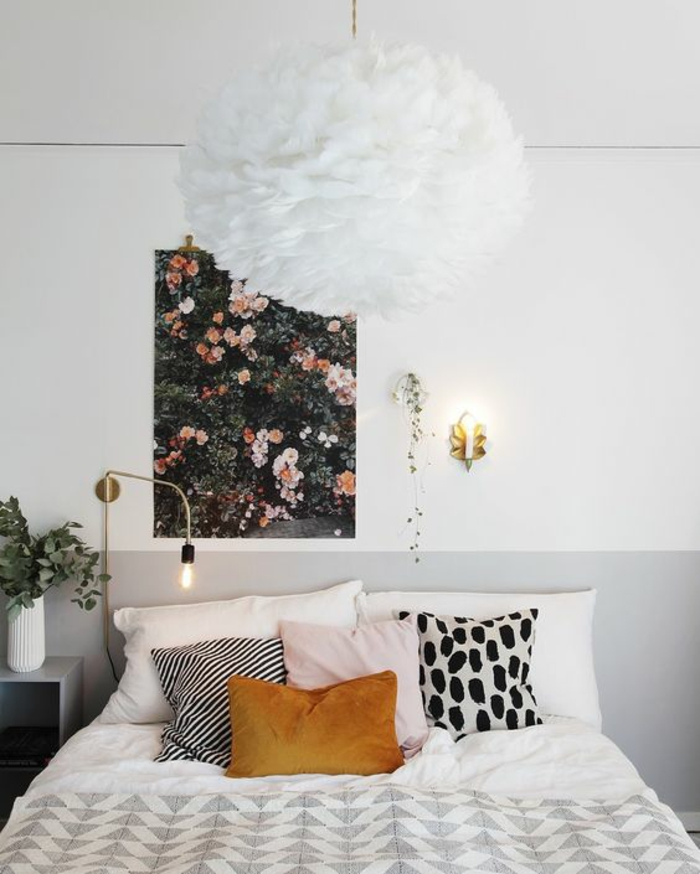 une chambre à coucher élégante en blanc et gris, la couleur ocre dans le textile d'intéreur