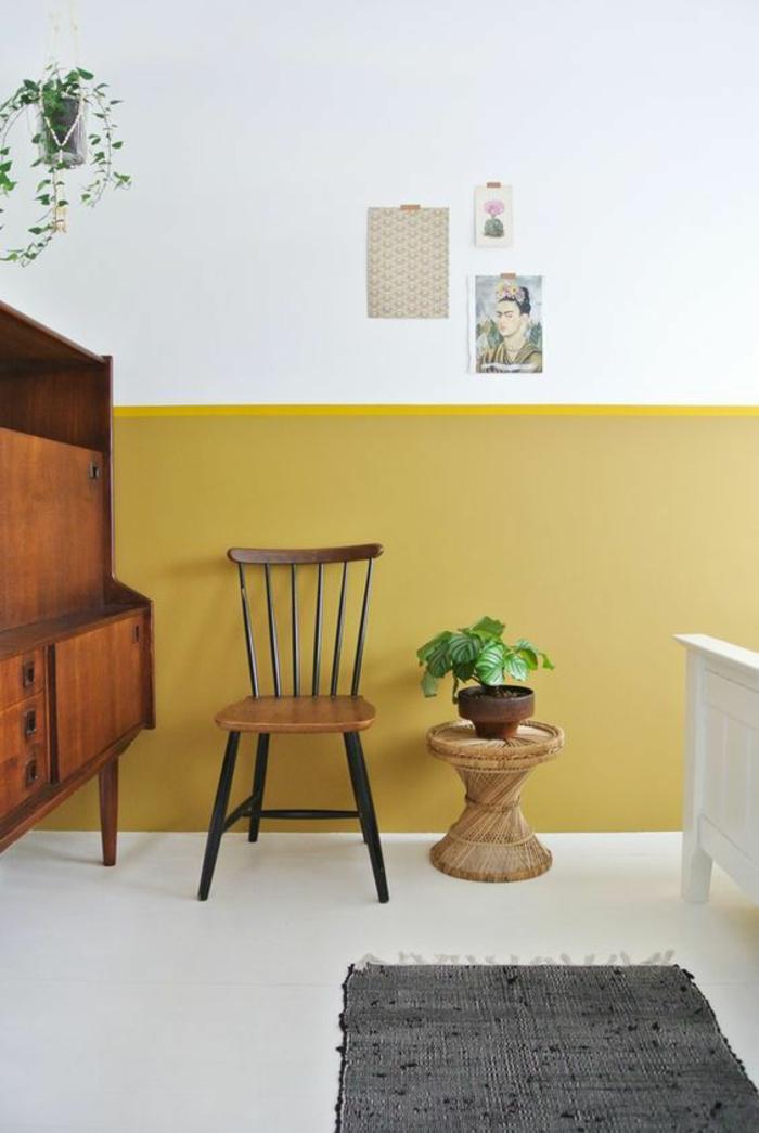 un mur bicolore peint en ocre jaune doré et blanc pour dynamiser l'intérieur blanc