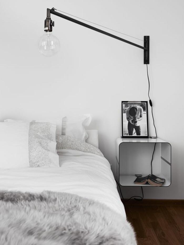 table de chevet cube de rangement, chambre à coucher élégante en blanc, une lampe de chevet suspendue avec bras réglable
