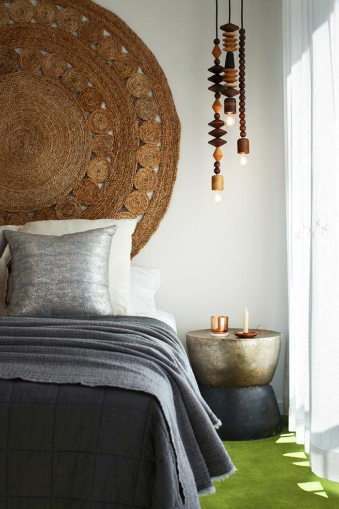 un luminaire suspension en bois dans une chambre à coucher feng shui