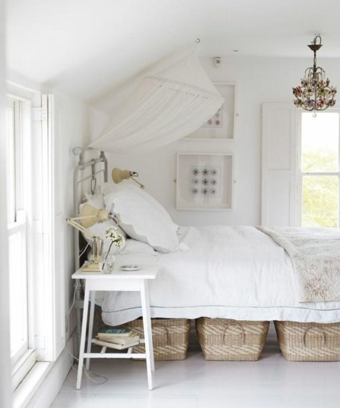 chambre a coucher, linge de lit blanc, paniers de rangement en rotin, mur couleur blanche, lustre elegant, deco campagne chic