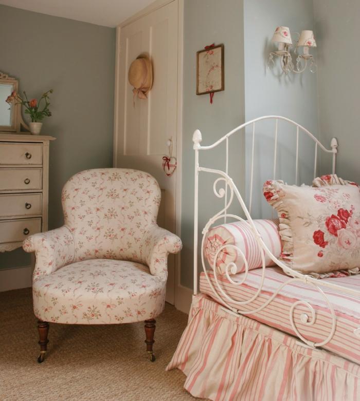 chambre a coucher deco campagne, fauteuil liberty, linge de lit rose et blanc, mur couleur vert pastel, commode vintage blanc patiné