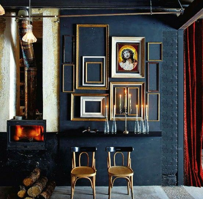 mur de cadres formats divers, chandeliers vintage, chaises en bois cheminée, ambiance rustique vintage, idée comment décorer un salon rustique