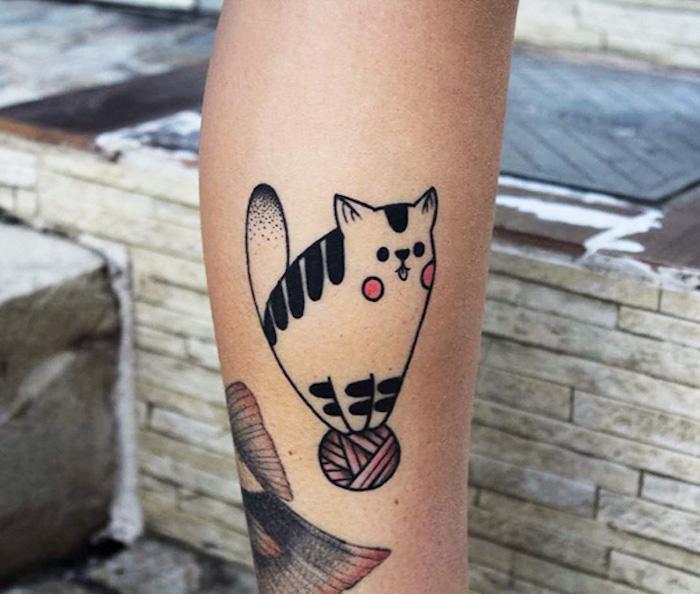 tatoué tatouage nombril chat stylisé pelote idée dessin chats