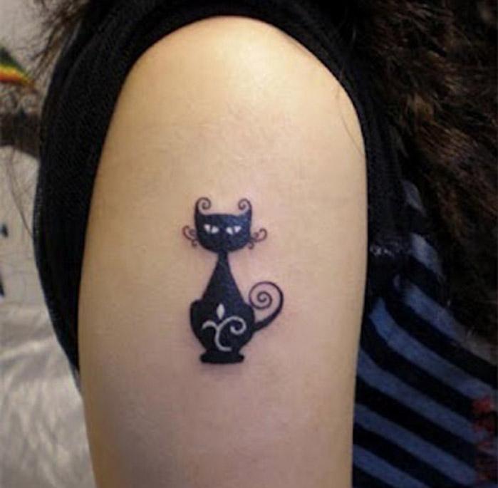dessin chats noir taoué sur le bras femme animal tatouage chat alice au pays des merveilles manadala