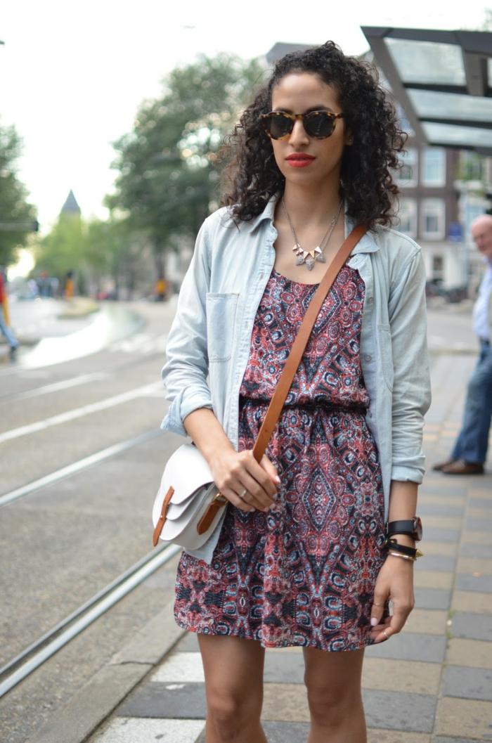 comment adopter l'imprimé ethnique de façon casual, robe tunique assortie avec une chemise en jean et un sac bandoulière safari